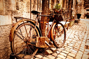 By Emmanuel Huybrechts from Laval, Canada (Old Bicycle  Uploaded by russavia) [CC-BY-2.0 (http://creativecommons.org/licenses/by/2.0)]
